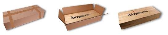 Holzkiste die in einem weißen Karton verschickt wird