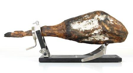 Schinkenhalter Jamotec JP Luxe mit einem Schinken auf dem Klappbügel